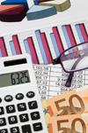 10514243-une-calculatrice-et-billets-d-39-euros-se-trouvent-sur-une-statistique[1]