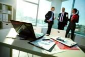 11448705-image-de-documents-commerciaux-sur-le-lieu-de-travail-avec-trois-partenaires-d-39-interaction-sur-le[1]