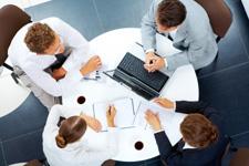7437295-au-dessus-de-vue-des-entreprises-plusieurs-personnes-planification-travaillent--la-table-ronde[1]
